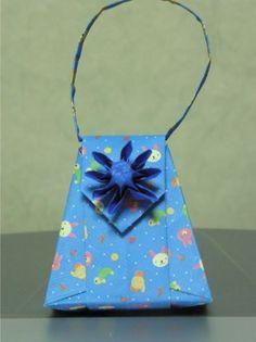 다른 방법으로 접은 복주머니접기입니다. 여기서는 꽃모양을 만들어 포인트를 주었습니다. 꽃 모양을 접을 때에는 원하는 색을 반대로 안보이게 접어야 나중에 원하는 색의 꽃을 접을 수있습니다.