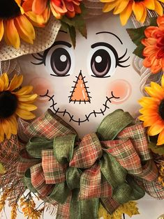 What an cute girly scarecrow with a hat stuffed with fall flowers so as to add to your fall decor. A enjoyable solution to greet your family and friends this fall season or to make[. Moldes Halloween, Adornos Halloween, Manualidades Halloween, Scarecrow Face, Scarecrow Wreath, Scarecrow Painting, Deco Mesh Garland, Deco Mesh Wreaths, Door Wreaths