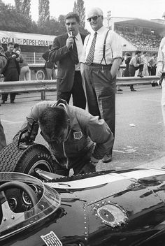 f1 Gozzi & the Drake observe the new Gurney's Eagle V12 in Monza 1966