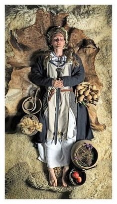 Archaeologists found out the Viking shieldmaiden burial. It includes the Oseberg burial mound and the burial in Birka. Viking Life, Viking Art, Viking Woman, Larp, Viking Reenactment, Viking Culture, Viking Dress, Viking Clothing, Shield Maiden