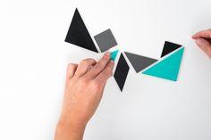Tangram Magnete Set aus Holz.Ihr bekommt ein Set bestehend aus 7 Teilen, in türkis, grau und schwarz gemischt.Tangram ist ein chinesisches Legespiel mit dem man über 1000 verschiedene Figuren legen kann.Das nicenicenice Kühlschrankmagnete-Set besteht aus sieben Teilen, die lackiert sind. Die Tangram Magnete sind aus 2mm dicken Holz und auf der Rückseite mit Magnetfolie bezogen.Dazu gibt es eine kleine Anleitung …