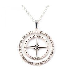 Colgante de brújula de plata de primera ley de 30 mm de diámetro en el que podrás personalizar dos nombres, así como una frase que te guste. #colgante #pendant #joyas #jewelry #plata #silver