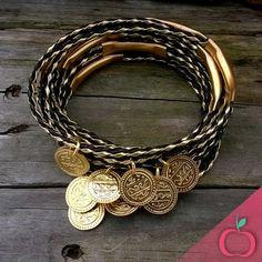 Os pingentes de moedas estão em alta em função do efeito leve que proporcionam nas peças.  Peça já o seu conjunto, aqui na Cereja do Bolo! *courinho disponível em diversas cores!!  #bijouterias #pulseirismo #moedas #medalhas