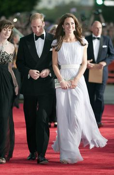 Kate Middleton fashion verdict: Duchess of Cambridge steals red carpet limelight with Alexander McQueen dress Kate Middleton Pictures, Kate Middleton Stil, Estilo Kate Middleton, Kate Middleton Dress, William Y Kate, Prince William And Catherine, Gala Dinner, Jenny Packham, Duke And Duchess