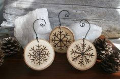 These rustic Christmas snowflake ornaments would make lovely presents or wedding favours! Sure they would be a nice decoration for your home, shop, restaurant or hotel too. Snowflake Ornaments, Wood Ornaments, Christmas Tree Ornaments, Christmas Decorations, Paper Snowflakes, Wood Snowflake, Wood Burning Crafts, Wood Burning Patterns, Wood Burning Art