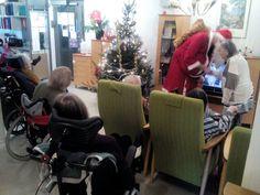 Joulupukin vierailulle oli kokoontunut koko kotikerroksen väki