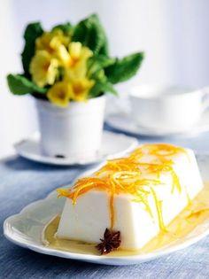 panacotta arwmatismeni me lemoni kai saltsa portokaliou Famous Desserts, Greek Desserts, Party Desserts, Vegan Sweets, Sweets Recipes, Vegan Desserts, Vegan Recipes, Greek Recipes, Comme Un Chef