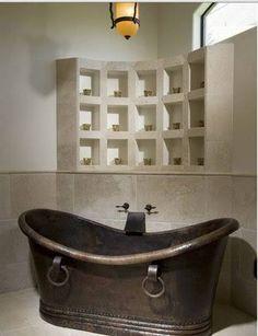 Salle de bain baignoire cuivre et casiers rangement en ciment