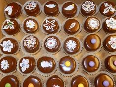 Sú to malé tortičky, plnené ľubovoľným krémom, poliate čokoládou a ozdobené…