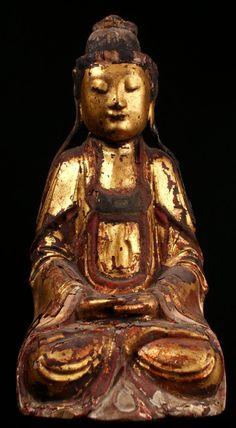 Statuette de Guan Yin Belle statuette en bois laqué et doré datant de l'époque fin Ming (XVIIe), les mains jointes dans une attitude de recueillement, le visage serein