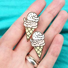 Hooray for a super cute Double-Dip Cat Cream Cone enamel pin! A double scoop of kawaii kittens ^_^ ♡ SPECS ♡ Quantity:1Size: 1 inch heightFinish: GoldColors mig