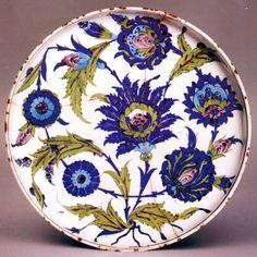 Şam İşi olarak tanınan teknikten yayvan tabak. Özel Koleksiyon, ABD.
