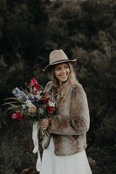 This bridal fur coat and hat combo is beyond gorgeous | Image by Lesley S. Photography