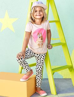 Shop kids clothing and baby clothes at H&M – We offer a wide selection of children's clothing at the best price. Boys And Girls Clothes, Kids Girls, Baby Kids, Little Girl Outfits, Kids Outfits, Baby Boy Fashion, Kids Fashion, Shoe Size Chart Kids, Kids Graphics