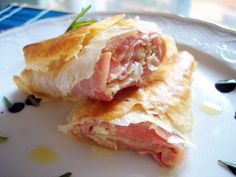Rollito de jamón y queso en pasta filo Phyllo Recipes, Easy Salad Recipes, Great Recipes, Favorite Recipes, Recetas Pasta Filo, Quiches, Frugal Meals, Easy Meals, Philo Dough
