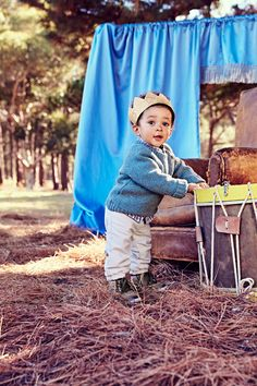 Wie schön ist der Herbst! Die ersten Blätter fliegen durch die Luft. Die Kleinen freuen sich riesig über den Herbstanfang und auf eine neue spannende Jahreszeit mit Laterne laufen, Kastanien sammeln, basteln und Pfützen springen. Kleidung von italienischen Markenmode Hersteller Chicco-Fashion. Fachhändler für die Chicco - Fashion findet Ihr hier: www.babyhaus-ditz.de/baby-fachhändler/chicco
