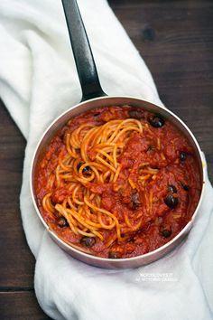 Sugo di tonno alla puttanesca I consigli per la cottura e la scelta degli ingredienti! Pasta Al Pomodoro, Pasta Puttanesca, Pasta Al Dente, Fish Recipes, Seafood Recipes, Pasta Recipes, University Food, Olives, Tuna Pasta