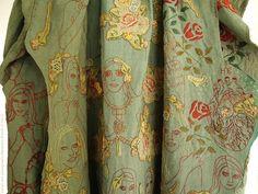 Alexandra Drenth é uma bordadeira comtemporânea que cria colagens têxteis vibrantes e místicas com tecidos. Sua inspiração vem da música e da poesia, combinando o antigo e o novo para criar peças a…