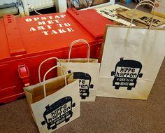 Opstap met Art To Take - logo afdrukken voor festival Hippe Happen Mobile Art, Printing Labels, Kitchen Art, Paper Shopping Bag, Logo, Prints, Home Decor, Logos, Decoration Home
