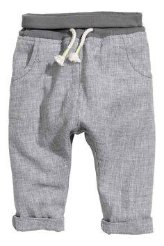 Spodnie bez zapięcia : Spodnie bez zapięcia z miękkiej, podwójnie tkanej mieszanki lnu i bawełny o strukturalnej powierzchni. W talii ściągacz ze sznurkiem. Kieszenie po bokach i jedna kieszeń z tyłu.