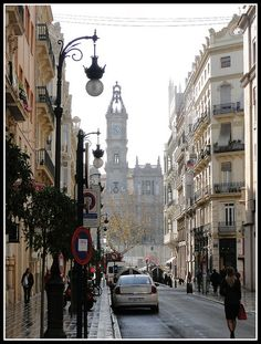 Caminando hacia el ayuntamiento. Valencia