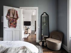 Home tour: Lejlighed med gennemgangsrum og hyggekroge | Kreavilla One Bedroom Apartment, Scandinavian Home, Dream Decor, Beautiful Interiors, House Tours, Color Inspiration, Mirror, Furniture, Home Decor