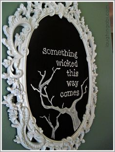 A Wicked Halloween Chalkboard Tutorial by Laughing Abi (Halloween Signs Chalkboard) Halloween Tafel, Chic Halloween, Halloween Goodies, Halloween Signs, Easy Halloween, Holidays Halloween, Halloween Crafts, Halloween Decorations, Halloween Tutorial