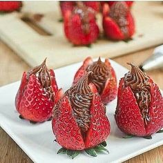 Nutella Cheesecake Strawberries - these look delicious! Nutella Cheesecake, Strawberry Cheesecake, Strawberry Recipes, Just Desserts, Delicious Desserts, Dessert Recipes, Yummy Food, Healthy Desserts, Nutella Cream Cheese