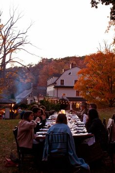 (via La Buena Vida: Food by Color Dinner at Bedford Post Inn) Chicago Fashion, Uk Fashion, Hosting Thanksgiving, Outdoor Thanksgiving, Thanksgiving Desserts, Fall Dinner, Dinner Table, Picnic Dinner, Autumn Day