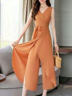 Mod@ en Line Designer Jumpsuits, Designer Dresses, Hijab Fashion, Fashion Dresses, Casual Dresses, Casual Outfits, Pants For Women, Clothes For Women, Western Dresses