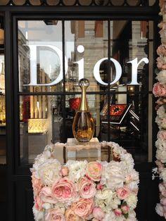 Dior Flowers, Flower Installation, Christian Dior, Table Decorations, Design, Home Decor, Decoration Home, Room Decor
