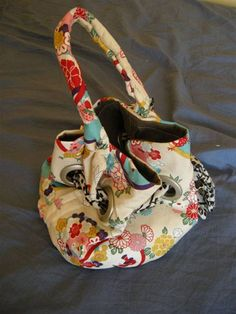 Free Purse Pattern and Tutorial - Dumpling Drawstring Grommeted Lunchbag Tote Drawstring Bag Pattern, Tote Pattern, Drawstring Backpack, Diy Bags Purses, Sew Bags, Bags Sewing, Handbag Patterns, Boho Bags, Fabric Bags