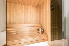 Ett toppmodern badrum i vitt och svart med inslag av turkos mosaik. Duschutrymmet utgörs av en vägg och en dörr i glas. Handfat och toalett är vägghängda och går i färg med det stora svarta badkaret. Bakom en vägg i mörkt glas döljer sig en bastu i två plan med ett modernt bastuaggregat. Plan, Bathroom Hooks, Alcove, Bathtub, Standing Bath, Bathtubs, Bath Tube, Bath Tub, Tub