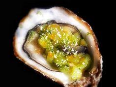 Huîtres au tartare de kiwi et raisin, combava et poudre de riz grillée à la coriandre