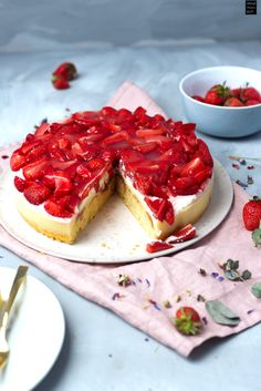 Leckerer Kuchen mit Erdbeeren und Rhabarber - außerdem Pudding und Sahne. Einfach lecker! Sweet Cakes, Waffles, Cheesecake, Breakfast, Desserts, Pudding, Food, Kitchen, Recipes