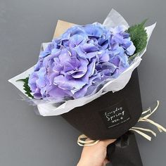 New flowers white hydrangeas bouquets Ideas Hand Flowers, Dried Flowers, Paper Flowers, Bouquet Wrap, Hand Bouquet, Flower Shop Design, Flower Designs, Wedding Flower Arrangements, Floral Arrangements