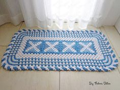 Olá!  Hoje trago pra vocês este tapete em crochê que fiz para presentear a sobrinha do meu esposo que vai casar em novembro.  A decoração da...