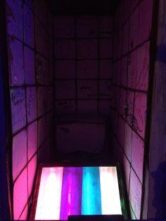 El contreste lumínico y los colores elegidos crean una atmósfera misteriosa e intrigante llena de material pictórico.