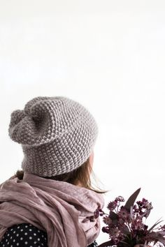 Who knew you could actually knit without needles? Put down those complicated knitting projects that take forever to finish. Knitting Without Needles brings cool home, gifts, and clothing accessories—cowls, totes, rugs, poufs, scarves, and more—within arm's reach.