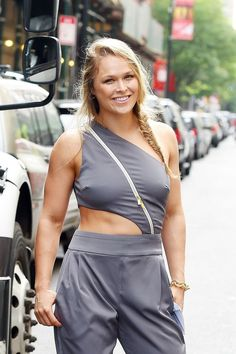 UFC women's bantamweight champion Ronda Rousey has promised to make Bethe Correia suffer when they enter the octagon at UFC 190 next month. Ronda Rousey Hot, Ronda Jean Rousey, Wwe Female Wrestlers, Female Athletes, Jiu Jitsu, Athletic Women, Athletic Tank Tops, Ronda Rousy, Sexy Women