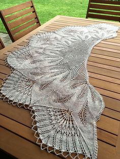 Ravelry: Project Gallery for Leaf Wreath – Blattkranz Shawl pattern by Hayley Tsang Sather