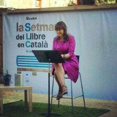 @lauraborras llegint @p_calders a @lasetmana per @xcaballe Reading