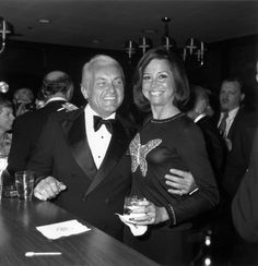 Mary Tyler Moore and Ted Knight Golden Age Of Hollywood, Classic Hollywood, Ted Knight, Frank Edwards, Mary Tyler Moore Show, Photography Movies, Tv Icon, Iconic Photos, Fashion Tv
