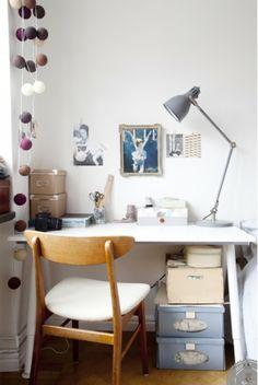 Mesa de escritorio de mesilla en dormitorio vintage