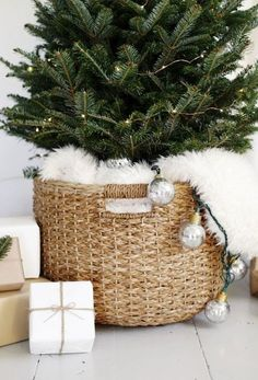 The Most Alluring Scandinavian Christmas Decoration Ideas A scandi-chic Christmas tree for small spaces. The Most Alluring Scandinavian Christmas Decoration Ideas A scandi-chic Christmas tree for small spaces. Small Christmas Trees, Beautiful Christmas Trees, Green Christmas, Outdoor Christmas, Simple Christmas, Christmas Holidays, Christmas Tree Basket, Christmas Christmas, Minimalist Christmas Tree