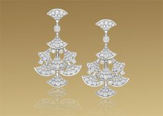 Diva earrings in 18 kt white gold with pavè diamonds.