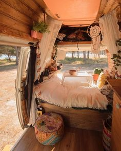 7 Hippie Bohemian Ideas For a Dreamy Van Life Van Life Ideas The van life is the car with the most amount of benefits that you can get your hands on. The van life is a dreamy van that has everything for everyone. Diy Interior, Vintage Camper Interior, Gold Interior, Modern Interior, Life Hacks, Life Tips, Diy Bett, Kombi Home, Van Home