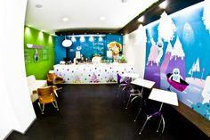 Utilizamos muros revestidos en cristal de color y barras con iluminación indirecta.