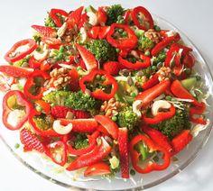 Ærte-broccoli salat med snittede jordbær og dampet porre