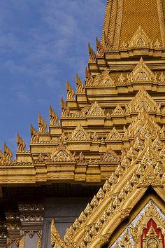 Dentro del templo de Wat Traimit, en Bangkok, podrás ver el Buda de oro más grande del mundo. Una imagen de Buda que pesa 5,5 toneladas y mide 4,5 metros de alto. Se trata de la mayor estatua de oro macizo de todo el mundo y procede de la antigua capital de Tailandia, Ayutthaya.